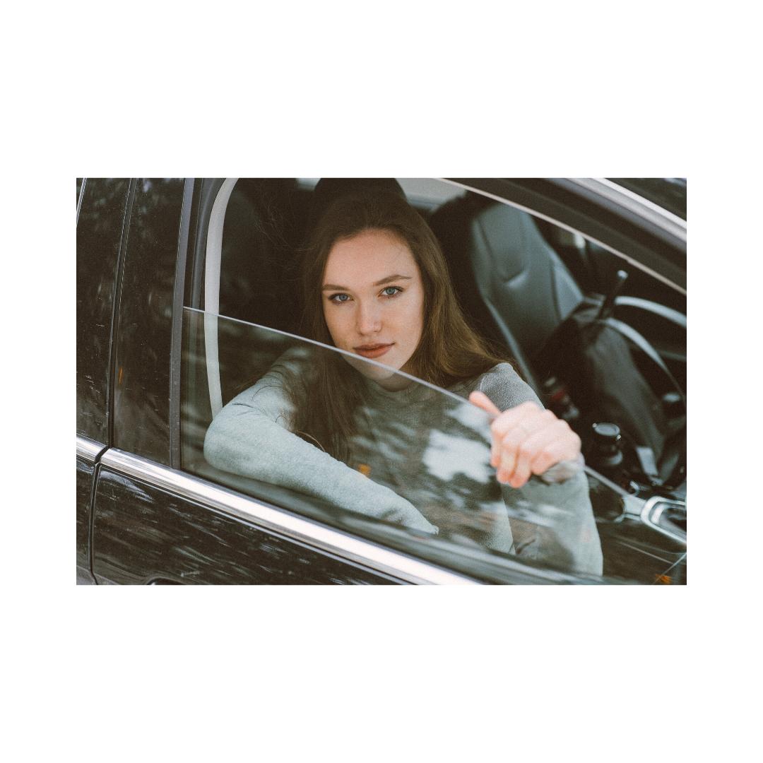 車の運転席から顔を出す女性